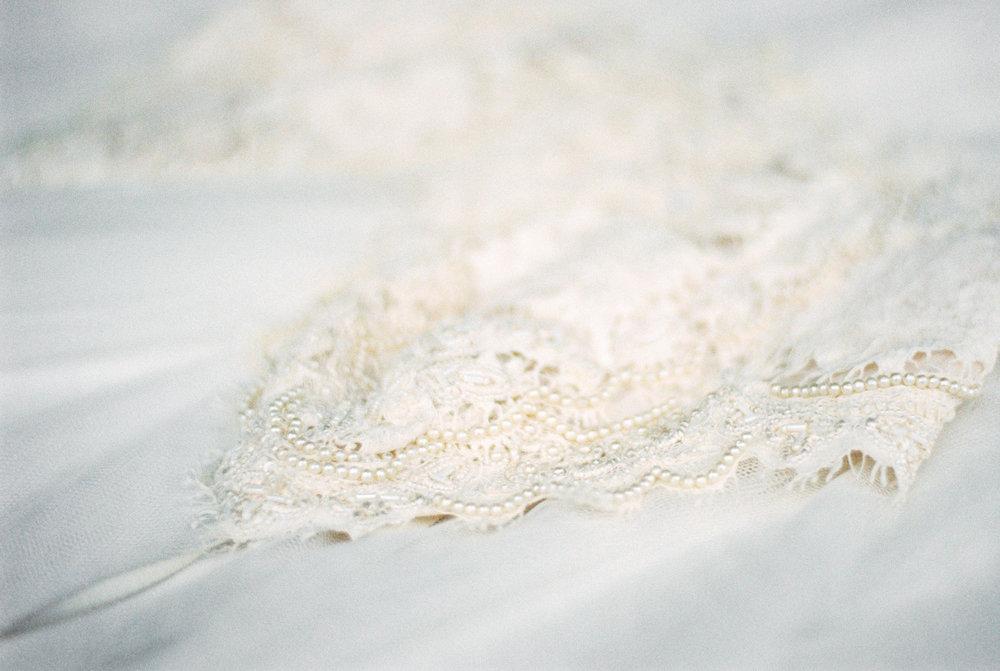 eskuvo-menyasszonyi-ruha-csipke-daalarna-modern.jpg