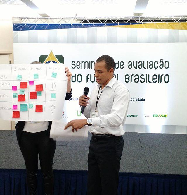 Gilberto Silva apresenta a relatoria do seu grupo de debate no Seminário de Avaliação do Futebol Brasileiro, que está acontecendo hoje em São Paulo, organizado pela @udofutebol em parceria com o Bom Senso FC, Escola Design Thinking e Futebol em Debate.  #planodiretordofutebol