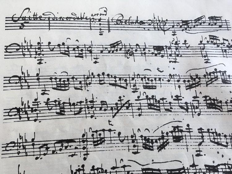 El inicio de la 5ta suite para violonchelo sin bajo de J.S. Bach.