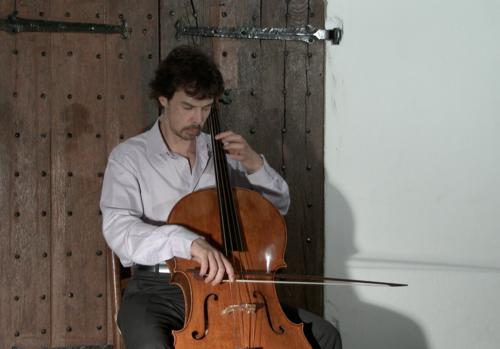 Detmar Leertouwer performing in a castle.
