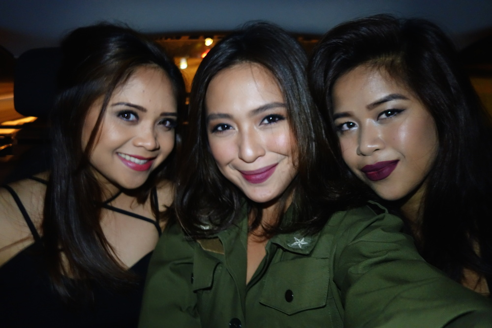 Sandwiched between Jianne (left) and Claudine (right).