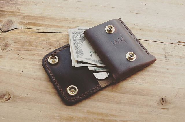 When I designed the Marengo, size and simplicity was at the forefront of my mind. I wanted something compact and functional, a wallet that I can forget it's in my pocket. #handmade #madeinla #smithsandkings