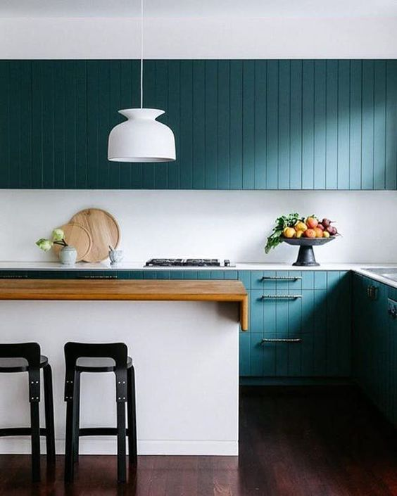 ( . ) Less is more! This minimal kitchen uses color to add wonderful visual contrast.