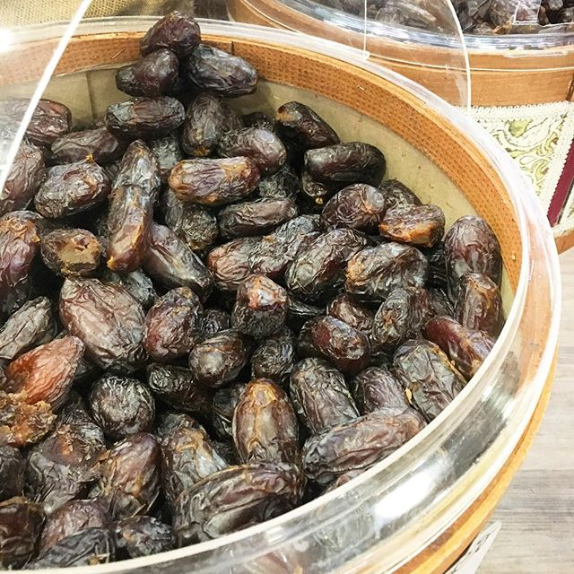 I'm doing my best to slowly introducing new foods after the PK. Dates were one of the foods I was missing the most! They're my go to food when I need a little something in the mid afternoon or late morning if lunch gets delayed. They're quick to digest, but not so easy as they're quite heavy. Have them on their own, in a chutney with a meal or at the beginning of a meal when your hunger is high and digestion strong. A few is plenty since they're very sweet, cooling and dense. I got to try something else really lovely from @elementstruffles yesterday... watch this space as I will do a little giveaway on the weekend 🙏🏼