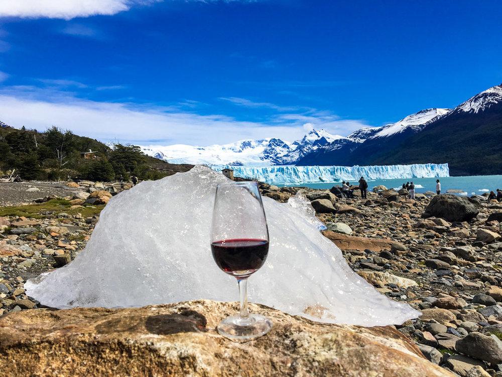 Almoço com um bom vinho e o Perito Moreno