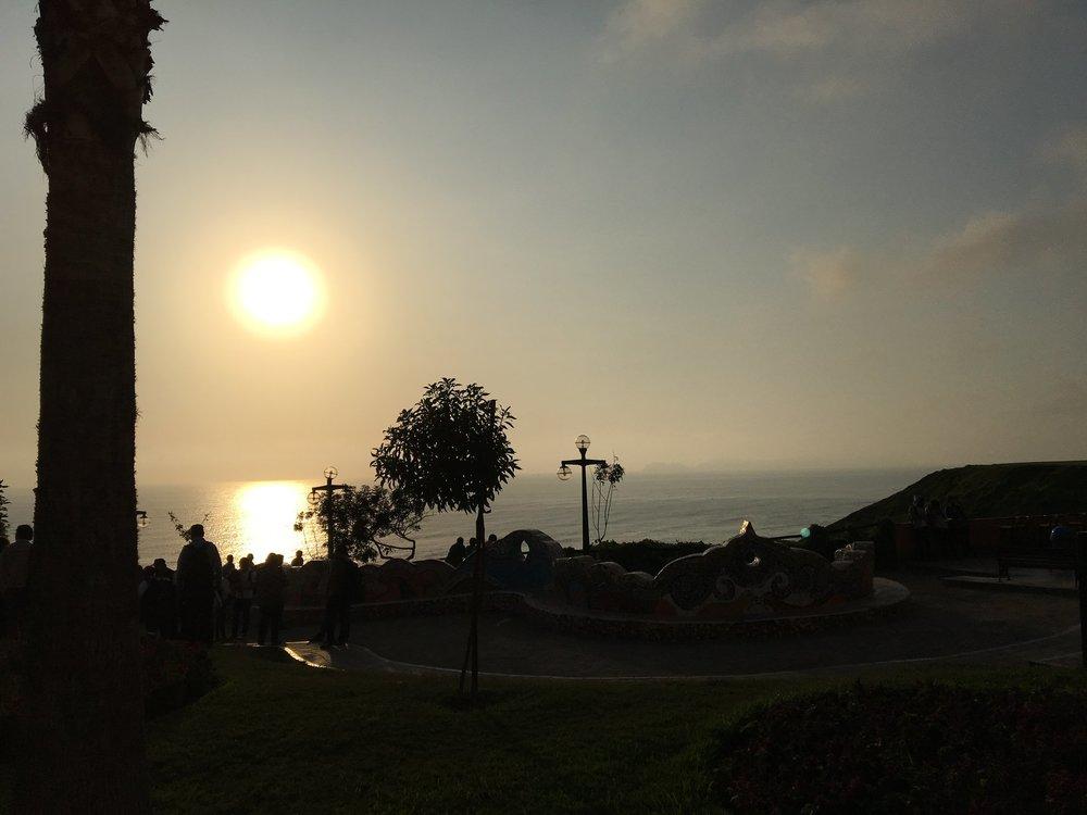 Pôr do sol no Parque do Amor em Miraflores.