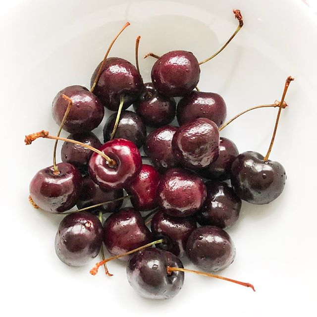 STRUGGLING TO FALL ASLEEP? I swear by the benefits that cherries have on my sleep! 🍒 Strange I know, but cherries are a natural source of melatonin, a hormone that helps regulate the sleep cycle.  Try introducing a serving of cherries in to your evening routine & reap the benefits 💤 • Make the most of them whilst they're still in season! 🍒  Sweet Dreams ❤️ •  #Cherries #SleepTips #Insomnia #Nutrition #HealthyLifestyle #BodyConfidence #PersonalTrainer #London #BodyPositivity #Fitspo #Motivation #personaltrainerlondon #SleepDeprived