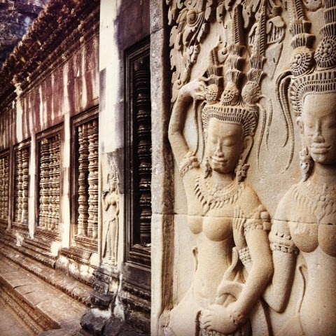 Geleneksel Apsara dansını canlandıran bir kabartma.