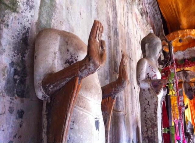 Kafası çalınan Buda heykellerinden bir tanesi.
