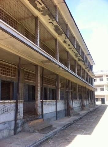 Okuldan bozma hapishanenin 3 bloğundan birinin dışarıdan görünümü.