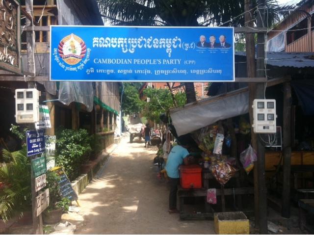 Kırsalda,şehirlerde hatta adalarda bile sıklıkla karşınıza çıkacak Cambodian People's Party tabelası ( Koh Rong Adası)
