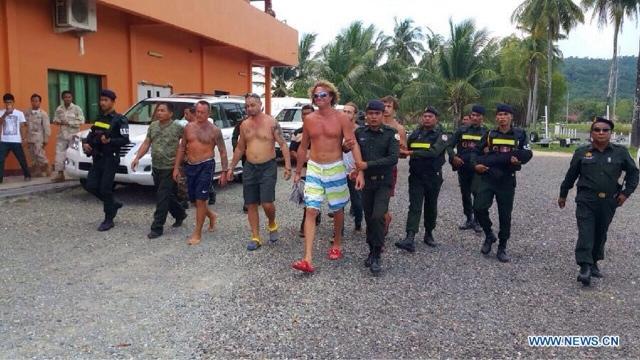 Polonsky ve adamları tutuklanırlarken.