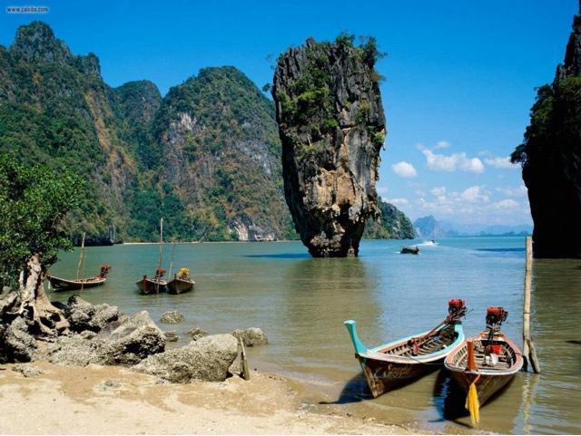 """1974 yapımı James Bond serisinin """"The Man with the Golden Gun"""" filminin final sahnesine ev sahipliği yaptığı için adanın popüler ismi James Bond adası olarak bilinen """"Koh Phing Kan"""" adası."""