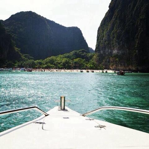 """Leonardo Di Caprio'nun başrolde oynadığı 2000 yapımı """"The Beach"""" filminin çekildiği Phi Phi takım adalarından """"MaYa Bay"""" adası. Adaya yapay kum taşıyıp denizdeki mercanların ölümüne sebep olan yapımcı Warner Bros şirketi ile Tayland hükümeti arasındaki milyon dolarlık tazminat davası halen devam etmekte."""