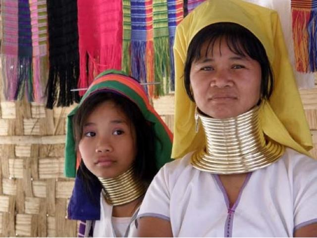 Karen kadınları ömürleri boyunca toplam 10-12 kg ağırlığında 20 adet pirinç halka takıyorlar.