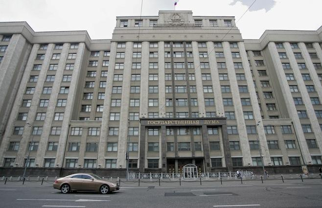 Duma binası ve tepesinde bulunan orak çekiç figürü. 93'te Yeltsin politikalarına karşı binayı işgal eden komünist ve yurtseverlere karşı Yeltsin'in cevabı tanklarla parlamentoyu bombalatmak olmuştu.