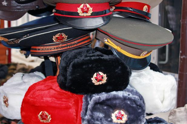 Hediyelik eşya mağazalarının vazgeçilmezleri kızıl ordu armalı kepler ve kalpaklar.