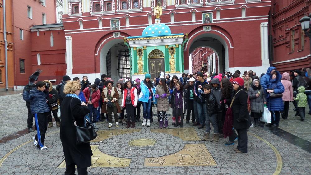 Rusların dünyanın merkezi kabul ettikleri sıfır noktası. Hemen arkada da Kızıl Meydana acılan kapı görünüyor.