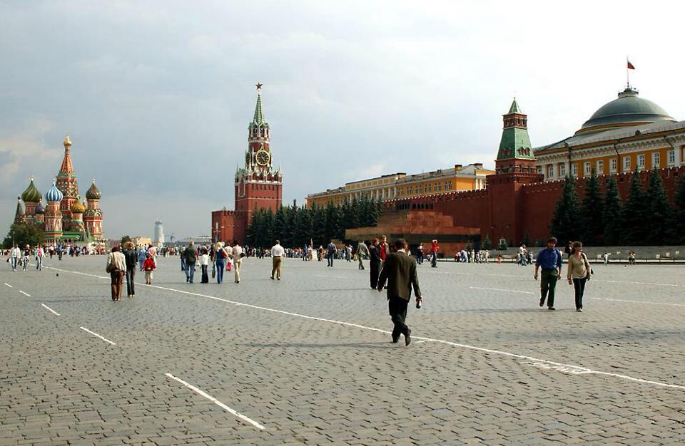 Kızıl Meydan'da siradan bir gün. Soldan sağa : St Basili Kilisesi, Spasskaya Kulesi, Kremlin duvarı. Duvarın önündeki yapı ise Lenin mozalesi.