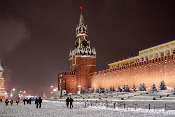 Spasskaya Kulesi ve tepesindeki kızıl yıldız.