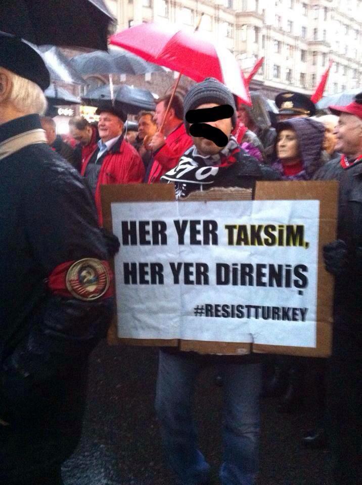 Kızıl yürüyüşte açtığım Taksim dövizi ve arkamda KPRF Genel Sekreteri Zuganov Baskan.