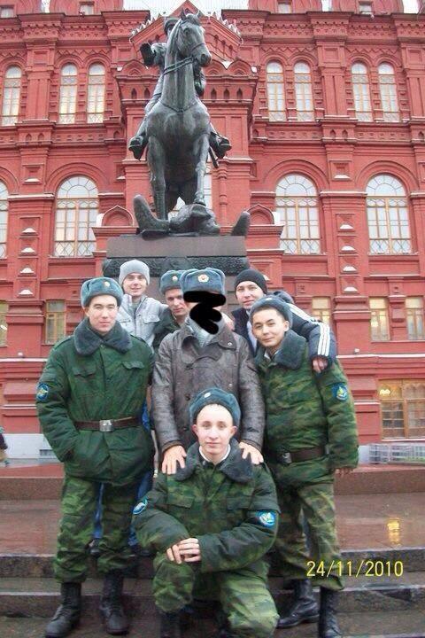Jukov heykeli önünde çarşı iznine çıkmış Rus askerleri ile birlikte hatıra fotoğrafı çektirdim