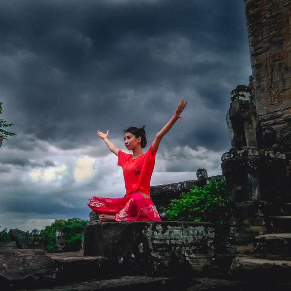 Tapınaklarda fotoğraf çektiren Çinli bir hanım kızımız.