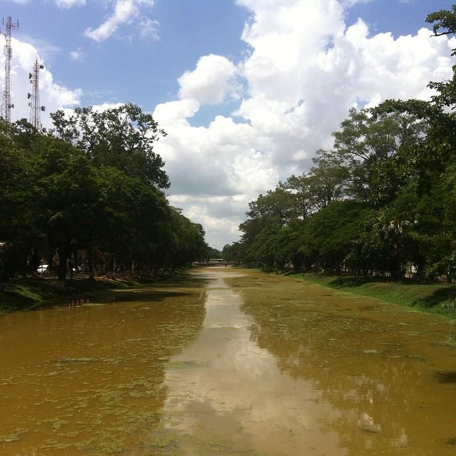 Angkor tapınağından gelip şehrin ortasından geçen nehir.