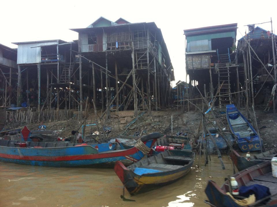 Tonle Sap nehri üzerine kurulmuş yüzen köy.