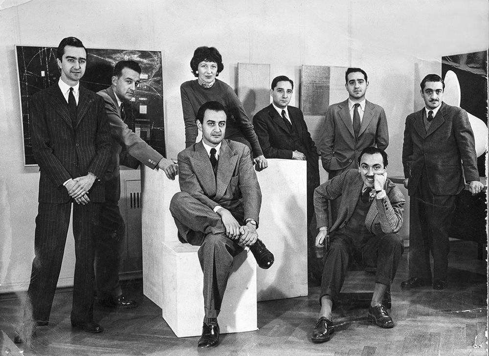 Grupo de artistas modernos: de izq. a der. Ocampo, Aebi, Sarah Grilo, Maldonado, Hlito, Iommi, Fernández Muro y Girola.