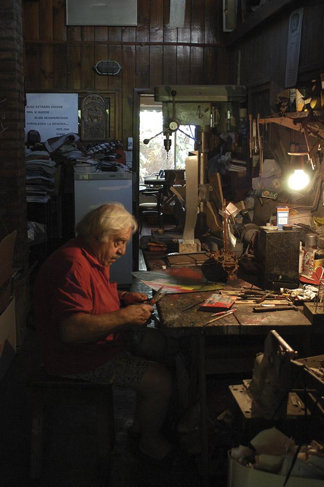 Enio en su taller de Palomar, provincia de Buenos Aires, 2005. Foto: Leonardo Antoniadis.