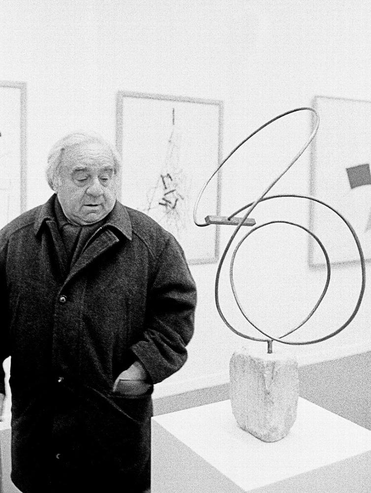 Enio contempla una de sus obras que fue adquirida por el museo de arte de Grenoble. Francia, Circa 1996. Foto: Leonardo Antoniadis.