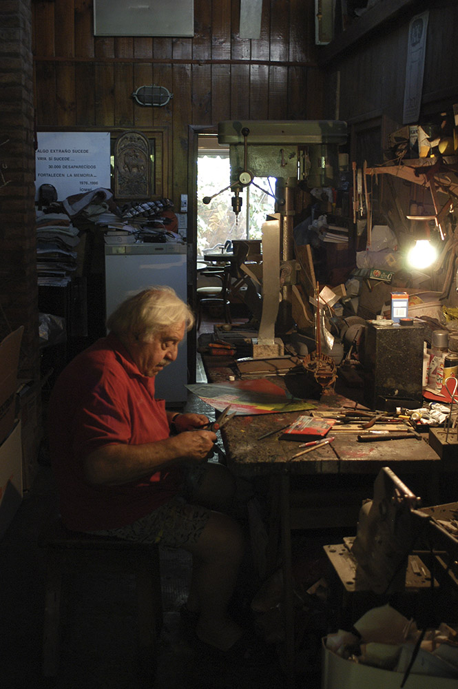 Enio at his atelier in Palomar. Province of Buenos Aires, 2005. Photo credit: Leonardo Antoniadis.