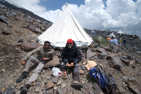 Alcan and Celîl lunch in High Camp.