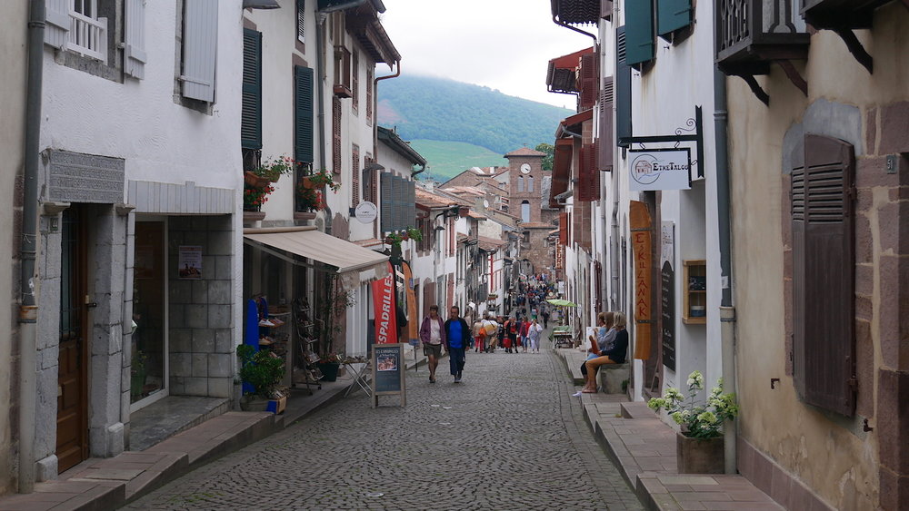 The rue d'Espagne is a cobblestone artery that runs through the center of the village. On the north side of the Nive it becomes the rue de la citadelle.