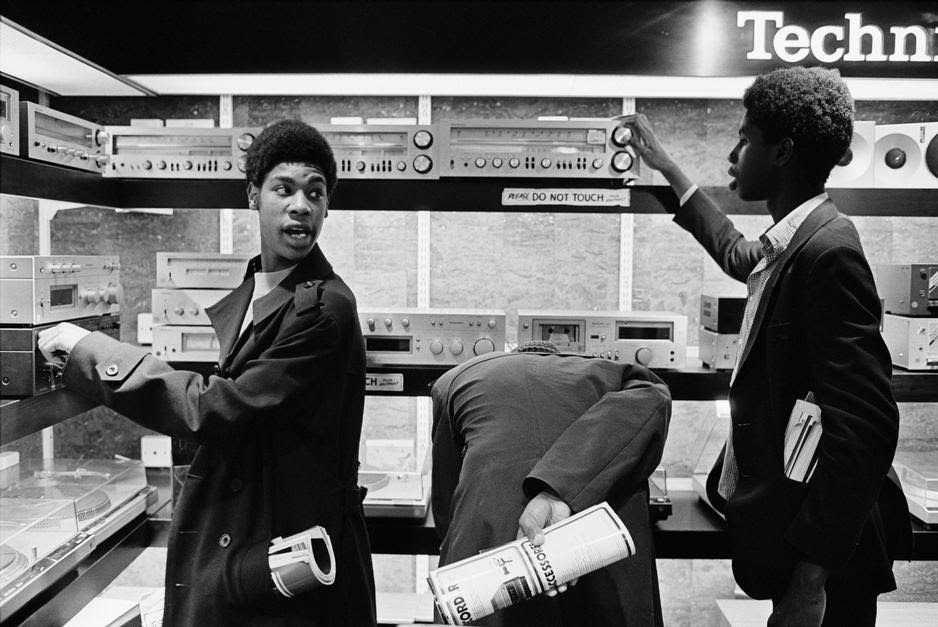 G.B. ENGLAND. London. Schoolboys looking at stereo equipment on Tottenham Court Road. 1980. Tottenham Court Road. 1980.