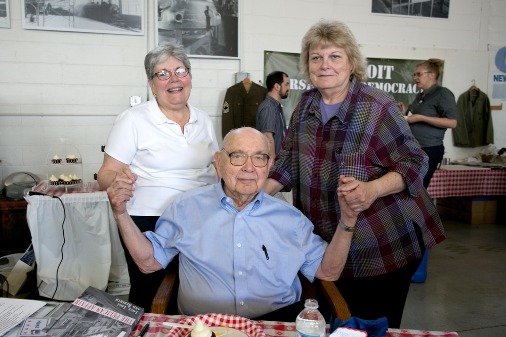 Bob w daughters Mary McCall and Kathy Reilly.jpg