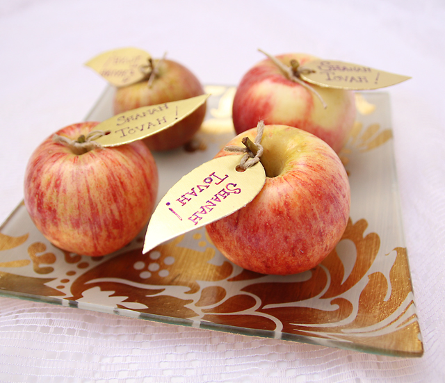 Personal touch and winning ways to make rosh hashanah extra special apple place settings m4hsunfo