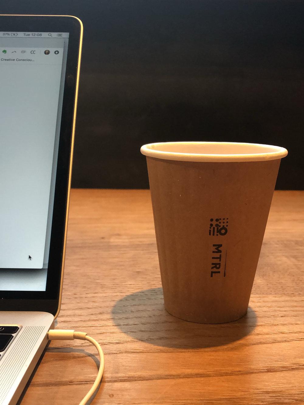 Een latte in een klein kartonnen bekertje voor 594 yen (4,70 euro)