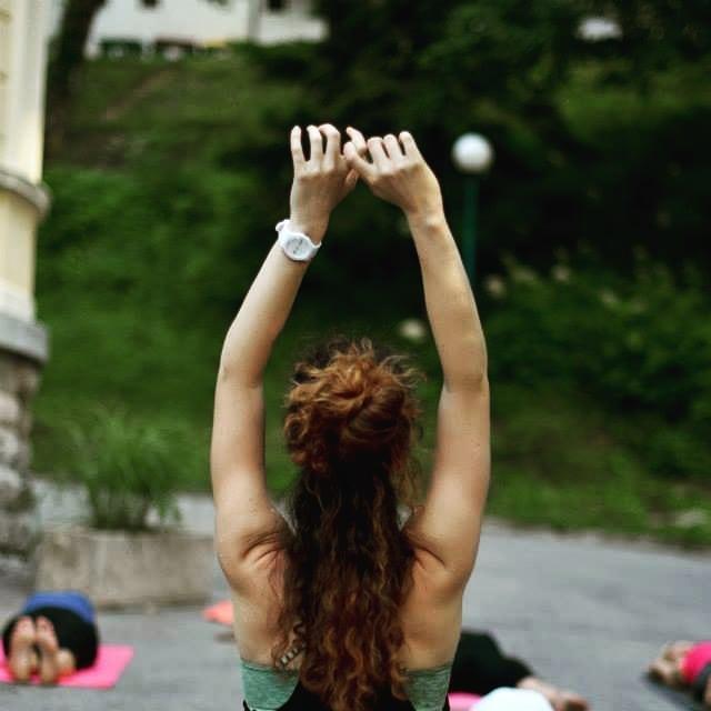 Pomlad se voha, dajmo se pretegnit🐣🦋🌱 joga danes: 🕗 osnovna, 🕘 nadaljevalna Šinšin Kamnik #fotka #dvepoletjinazaj #yogabled #podkrosnjamidreves #danespapomlad #yoga #timeisnow