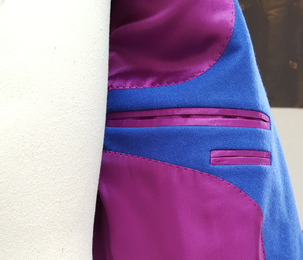 Inside we have a pink lining providing a striking contrast to the blue of the cloth.