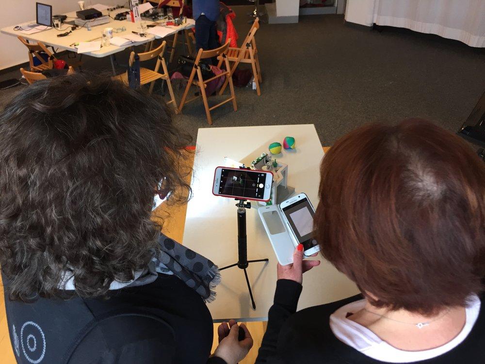 Mit dem kleinen, leichten Stativ - eigentlich ein Selfie-Stick mit Fuss - steht das Smartphone stabil. Per Bluetooth steuert man die kleine mitgelieferte Fernbedienung (schaut mal auf Simones Hand) und hat damit einen bequemen Fernauslöser. Ich fotografiere mit dem gleichen selfiestick von oben - eine ungewohnte perspektive, die damit fotos schafft, die auffallen.