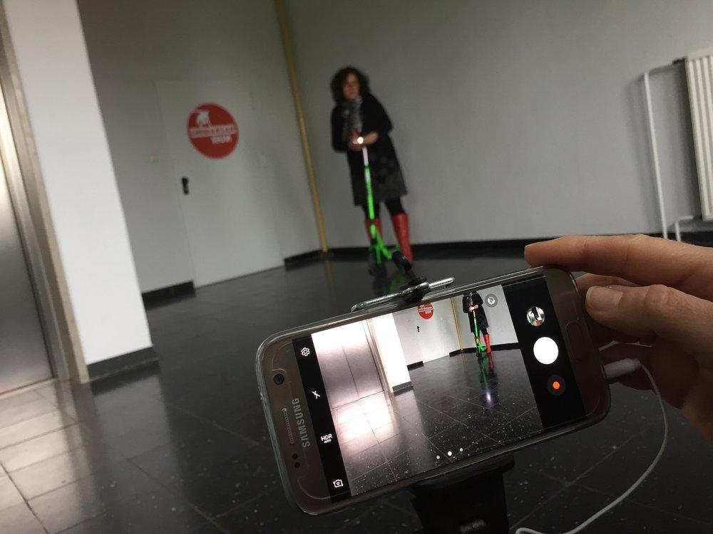 Alles bereit, Simone startet mit dem e-Roller, unsere smartphones sind bereit zum auslösen.