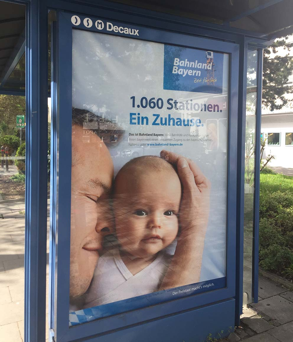 Große Kinderaugen, Kuscheln, das ist Geborgenheit pur. Wer kann da wegsehen? Quelle Plakatmotiv: Bayerische Eisenbahngesellschaft mbH