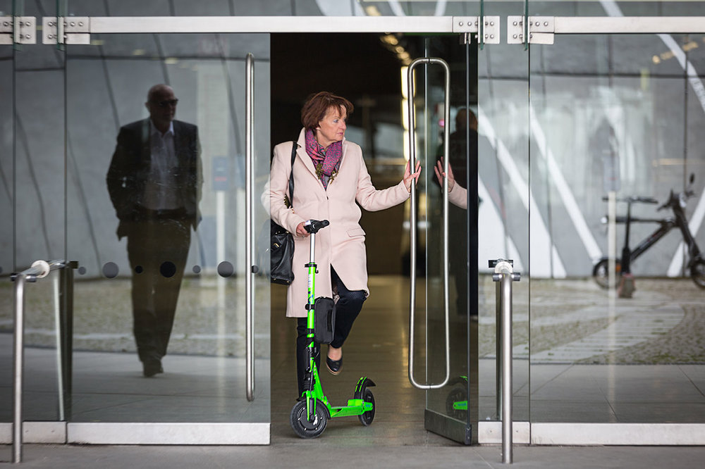 eScooter SXT light klappbar für Pendler mit der U-Bahn - foto: simone naumann