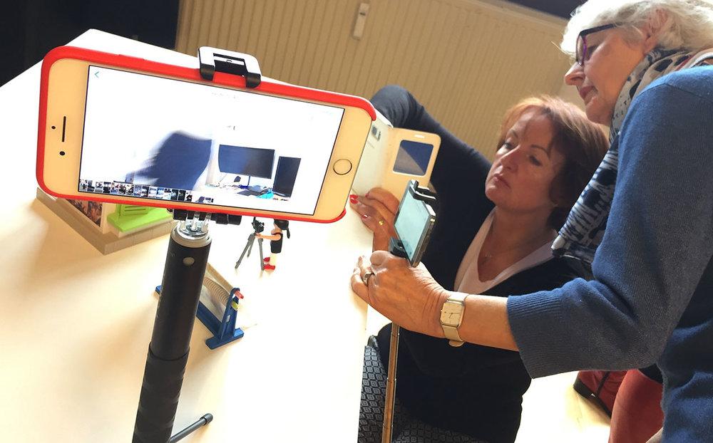 unterwegs mit dem smartphone interessante fotos machen und gleich für social media bearbeiten: Alice lernt im workshop techniken und die richtigen apps kennen - foto: angelika Güc