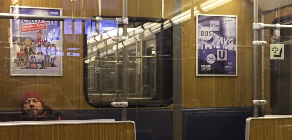 Plakate zum Einschlafen: Gesehen in der Münchner U-Bahn Foto: Angelika Güc