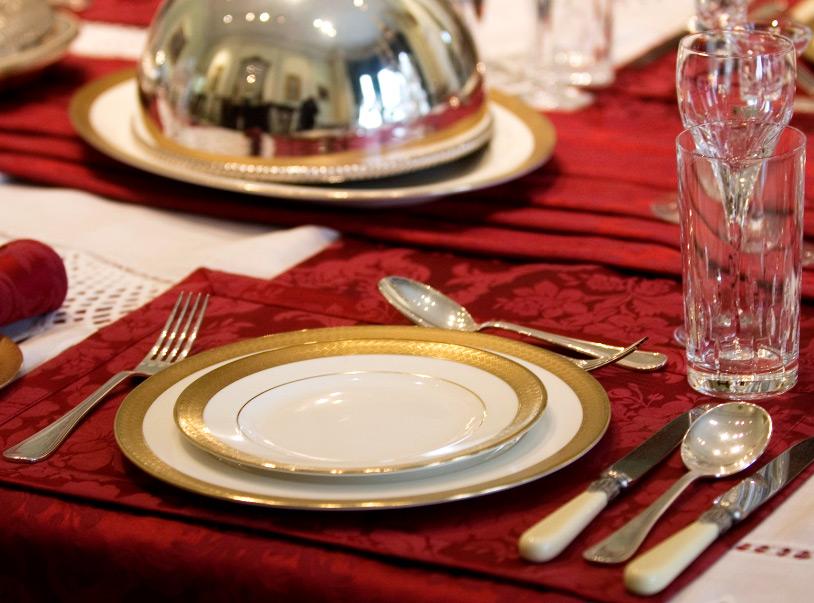 Wenn wir also im Text von einer Villa sprechen, könnten wir als Begleitbild typische Details einsetzen, also eine schöne alte Standuhr, einen Türknauf, ein edles Kristallglas oder ähnliche Motive.