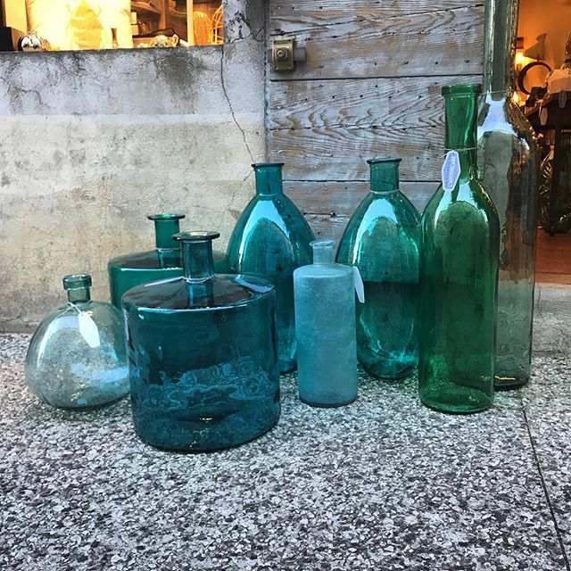 #bouteille #damejeanne #jarre #carafe c'est à @lapothicairedelourmarin @lagaleriedelapothicaire #lourmarin #luberon #conceptstore #decoration #deco #homedecor #home #homestaging #homesweethome #bottles
