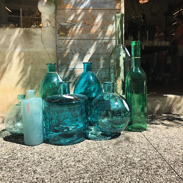 La même. Au #soleil #lourmarin #luberon #conceptstore #bouteille #bouteilles #carafe #bottles #bottle #jarre #damejeanne #damejeannebottle #bonbonne #decoration #deco #home #homedecor #homesweethome #homestaging